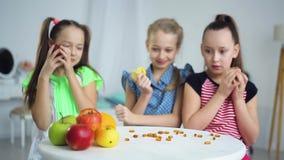 Παιδιά για έναν υγιή τρόπο ζωής και ενάντια στα ιατρικά χάπια απόθεμα βίντεο