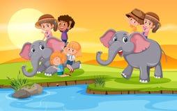 Παιδιά που οδηγούν τον ελέφαντα στο anture ελεύθερη απεικόνιση δικαιώματος