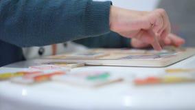 Παιδικά παιχνίδια με έναν γρίφο Κλείστε επάνω τα χέρια φιλμ μικρού μήκους