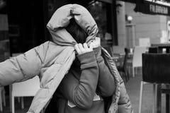Παιχνίδι κοριτσιών με το παλτό της στοκ εικόνες