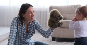 Παιχνίδι μητέρων και κοριτσάκι με το ζώο παιχνιδιών στο σπίτι απόθεμα βίντεο