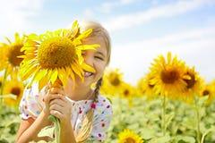 Παιχνίδι παιδιών στον τομέα ηλίανθων την ηλιόλουστη θερινή ημέρα στοκ φωτογραφίες με δικαίωμα ελεύθερης χρήσης