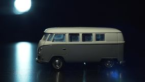 Παιχνίδι minivan λαμβάνοντας υπόψη ένα φανάρι φιλμ μικρού μήκους