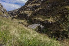 Παλαιά γέφυρα πετρών πέρα από τον ποταμό Urut κοντά στο φρούριο ΕΤΑΑ της Lori, Stepanavan στοκ φωτογραφίες με δικαίωμα ελεύθερης χρήσης