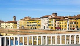 Παλαιά κτήρια στην Πίζα που απεικονίζεται στον ποταμό Arno στοκ εικόνα με δικαίωμα ελεύθερης χρήσης