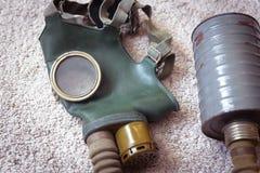 Παλαιά μάσκα αερίου με το φίλτρο στοκ εικόνες