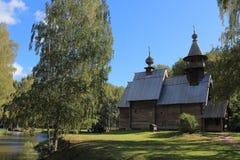 Παλαιά ξύλινη του χωριού εκκλησία στις όχθεις ενός μικρού ποταμού στοκ φωτογραφία με δικαίωμα ελεύθερης χρήσης