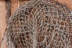 Παλαιά δίχτυα του ψαρέματος που κρεμούν στον ξύλινο τοίχο στοκ εικόνες