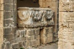 Παλαιά ρωμαϊκή Σαρκοφάγος στο αβαείο Bellapais στη βόρεια Κύπρο στοκ εικόνα