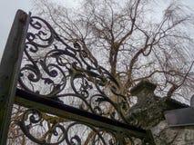Παλαιά πύλη μετάλλων φρακτών στο νεκροταφείο στοκ φωτογραφία με δικαίωμα ελεύθερης χρήσης