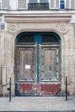 Παλαιά πόρτα στο κέντρο του Παρισιού στοκ εικόνα με δικαίωμα ελεύθερης χρήσης
