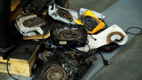 Παλαιοί σπασμένοι μαγειρεύοντας καυστήρες θερμότητας στα υλικά οδόστρωσης στοκ εικόνες