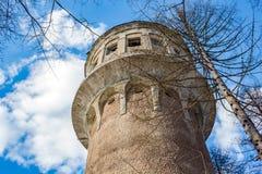 Παλαιός αχρησιμοποίητος πύργος νερού στοκ φωτογραφίες