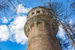 Παλαιός αχρησιμοποίητος πύργος νερού στοκ φωτογραφία