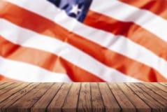 Παλαιός ξύλινος πίνακας για τη διαφήμιση των αγαθών στο υπόβαθρο της αμερικανικής σημαίας, ένα πρότυπο για το infographic του εμπ στοκ φωτογραφία