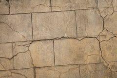 Παλαιός στενοχωρημένος μεγάλος τοίχος φραγμών πετρών με τις ρωγμές για το φυσικό υπόβαθρο στοκ φωτογραφίες