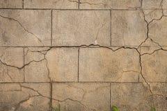 Παλαιός στενοχωρημένος μεγάλος τοίχος φραγμών πετρών με τις ρωγμές στοκ φωτογραφία με δικαίωμα ελεύθερης χρήσης