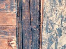 Παλαιός προσανατολισμένος πίνακας OSB, σύσταση, ηλικίας τοίχος σκελών στοκ εικόνες