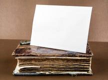 Παλαιό βιβλίο με ένα έγγραφο στοκ εικόνες με δικαίωμα ελεύθερης χρήσης