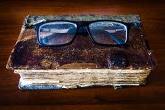 Παλαιό βιβλίο με γυαλιά στοκ φωτογραφία με δικαίωμα ελεύθερης χρήσης