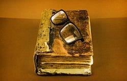 Παλαιό βιβλίο με γυαλιά στοκ εικόνα