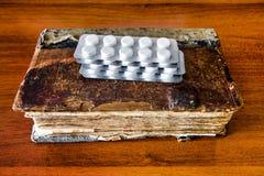 Παλαιό βιβλίο με χάπια στοκ φωτογραφίες με δικαίωμα ελεύθερης χρήσης
