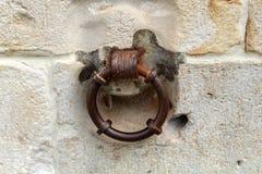 Παλαιό δαχτυλίδι μετάλλων στον τοίχο πετρών στοκ φωτογραφία