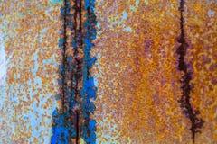 Παλαιό διαβρωμένο υπόβαθρο τοίχων μετάλλων με το λεπιοειδές μπλε χρώμα Σκουριασμένη λεπιοειδής ραγισμένη επιφάνεια μετάλλων Αφαιρ στοκ εικόνες