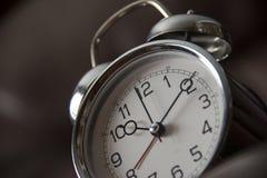 Παλαιό ρολόι μόδας στο σκοτεινό υπόβαθρο στοκ φωτογραφίες