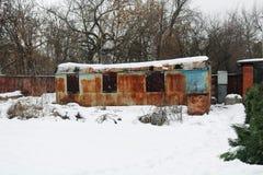 Παλαιό, σκουριασμένο, εγκαταλειμμένο βαγόνι εμπορευμάτων ή ρυμουλκό στοκ φωτογραφία