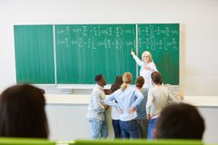 Πανεπιστημιακή διάλεξη με τον πίνακα κιμωλίας στοκ εικόνες