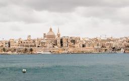 Πανοραμική άποψη σχετικά με τον ορίζοντα ιστορικού Valletta κατά τη διάρκεια μιας θυελλώδους ημέρας στοκ φωτογραφία