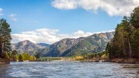 Πανοραμική άποψη σχετικά με τον ποταμό βουνών στοκ εικόνα με δικαίωμα ελεύθερης χρήσης