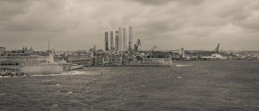 Πανοραμική άποψη σχετικά με το μεγάλο λιμάνι, Paola, και τη βαριά βιομηχανία σύνθετη στοκ εικόνα