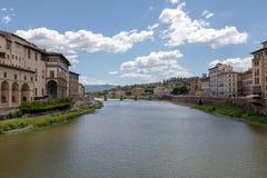 Πανοραμική άποψη της πόλης και του ποταμού Arno της Φλωρεντίας με τη γέφυρα στην Ιταλία στοκ εικόνες