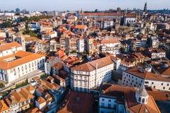 Πανοραμική άποψη των σπιτιών στεγών στο κέντρο του Πόρτο στοκ φωτογραφία