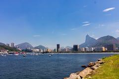 Πανοραμική άποψη πρωινού της παραλίας και του όρμου Botafogo με τα κτήρια, τις βάρκες και τα βουνά του στο Ρίο ντε Τζανέιρο στοκ φωτογραφίες με δικαίωμα ελεύθερης χρήσης