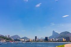 Πανοραμική άποψη πρωινού της παραλίας και του όρμου Botafogo με τα κτήρια, τις βάρκες και τα βουνά του στο Ρίο ντε Τζανέιρο στοκ εικόνες με δικαίωμα ελεύθερης χρήσης