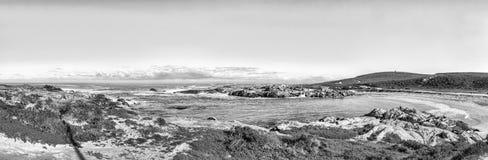 Πανοραμική άποψη Tietiesbaai στο ακρωτήριο Columbine κοντά σε Paternoster μονοχρωματικός στοκ εικόνα