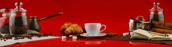 Πανόραμα καφέ με τα άσπρα εξαρτήματα κουπών και καφέ στο κόκκινο υπόβαθρο στοκ εικόνα με δικαίωμα ελεύθερης χρήσης