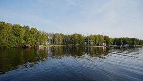 Πανόραμα της λίμνης, της επιφάνειας νερού και των αγκυροβολίων στην ακτή ύδωρ περιπάτων απόθεμα βίντεο