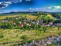 Πανόραμα της πόλης Olsztyn που βλέπει από το λόφο κάστρων στις φωλιές των αετών trailof στοκ εικόνα με δικαίωμα ελεύθερης χρήσης