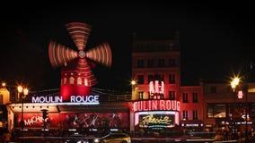 Παρίσι, Γαλλία - 12 Αυγούστου 2018: Timelapse του ρουζ Moulin στη νύχτα Στροφή του μύλου του ρουζ Moulin στη νύχτα απόθεμα βίντεο