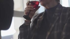 Παραγνωρισμένο ενήλικο κρασί κατανάλωσης ζευγών από τα γυαλιά που κάθονται από το ευρύ παράθυρο Οικογενειακές σχέσεις απόθεμα βίντεο