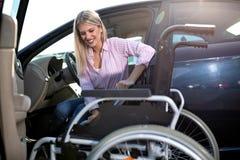 Παραγωγή μιας κίνησης από το αυτοκίνητο στην αναπηρική καρέκλα στοκ φωτογραφία με δικαίωμα ελεύθερης χρήσης