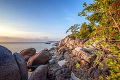 Παραλία βράχων ηλιοβασιλέματος θάλασσας στο υπόβαθρο μπλε ουρανού Ανατολή βραδιού ομορφιάς πρόσκληση συγχαρητηρίων καρτών ανασκόπ στοκ φωτογραφία με δικαίωμα ελεύθερης χρήσης