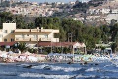 Παραλία Georgioupolis, άποψη από τη θάλασσα Georgioupolis - ένα πρώην ψαροχώρι, τώρα ένας δημοφιλής προορισμός διακοπών των τουρι στοκ εικόνες