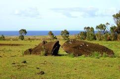 Παραμένει του αγάλματος Moai στο έδαφος στο λόφο ηφαιστείων Rano Raraku, αρχαιολογική περιοχή στο νησί Πάσχας, Χιλή στοκ εικόνες