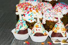 Παραδοσιακές ζύμες διακοπών Πάσχας, cupcakes, στο ξύλινο υπόβαθρο στοκ φωτογραφίες με δικαίωμα ελεύθερης χρήσης