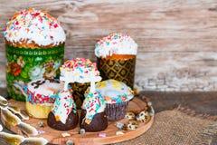 Παραδοσιακές ζύμες διακοπών Πάσχας, cupcakes, στο ξύλινο υπόβαθρο στοκ εικόνα